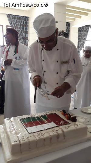 """P38 <small>[NOV-2019]</small> 18 noiembrie, Ziua Nationala a Sultanatului Oman; cea de-a 49 aniversare. Ziua Majestatii Sale Sultanul Qaboos Bin Said. Este foarte iubit de omanezi;  vazand cate a realizat este de inteles. Tortul pentru aceasta ocazie, in holul principal al hotelului » foto by Ionela Blaga  -  <span class=""""allrVoted glyphicon glyphicon-heart hidden"""" id=""""av1128633""""></span> <a class=""""m-l-10 hidden"""" id=""""sv1128633"""" onclick=""""voting_Foto_DelVot(,1128633,25939)"""" role=""""button"""">șterge vot <span class=""""glyphicon glyphicon-remove""""></span></a> <a id=""""v91128633"""" class="""" c-red""""  onclick=""""voting_Foto_SetVot(1128633)"""" role=""""button""""><span class=""""glyphicon glyphicon-heart-empty""""></span> <b>LIKE</b> = Votează poza</a> <img class=""""hidden""""  id=""""f1128633W9"""" src=""""/imagini/loader.gif"""" border=""""0"""" /><span class=""""AjErrMes hidden"""" id=""""e1128633ErM""""></span>"""